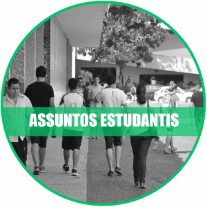 Assuntos estudantis: Foto de estudantes andando em frente à reitoria um.